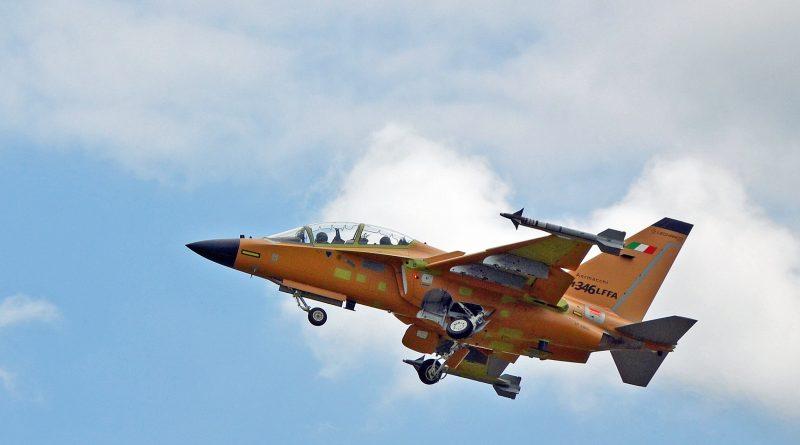 Vola l'M-346FA (LFFA) in configurazione completa